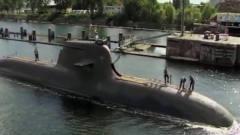 军事:潜水300米的先进潜艇,在过运河的时候被
