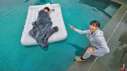 熊孩子恶搞:将熟睡的哥哥搬到泳池,哥哥醒来
