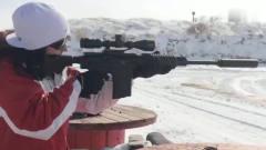 """国外美女实弹 射击突击步枪""""枪我不要我只要,"""