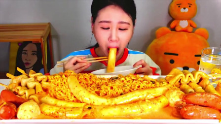 韩国美女试吃年糕关东煮,满满一大锅吃的太香