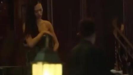 可爱美女独自去酒吧,两男子见她强行把她带走
