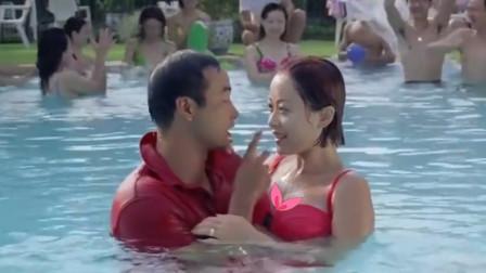美女为了测试男友,假装游泳时腿抽筋!