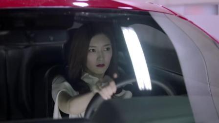 美女烈焰红唇开跑车出门,下车的一瞬间,有点
