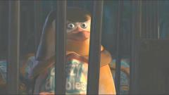 搞笑动画:呆萌企鹅自带暗器,打开牢笼就只用