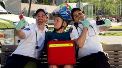 美女骑车摔伤,医护人员不救助反而玩起了自拍