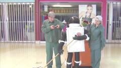 搞笑视频:街头搞笑恶作剧,商场里的机器人找