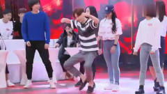 综艺:王一博的舞蹈有多强?他现场学美女跳舞