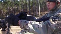 军事:美军第10山地师的士兵,为取得机枪手资格