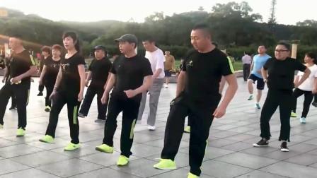 广场鬼步舞:音乐好听,越跳越年轻,配乐《扎