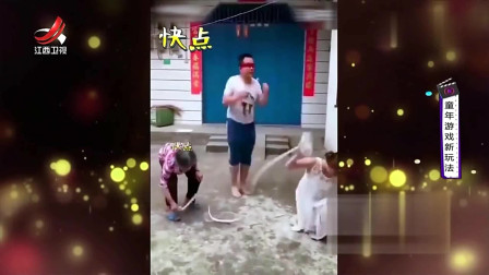 家庭幽默录像:男子尝试蒙眼跳绳,没想到被家