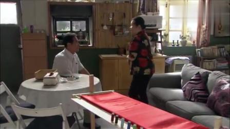 农村老太太跟男子吐槽美女,老太太说太佩服自