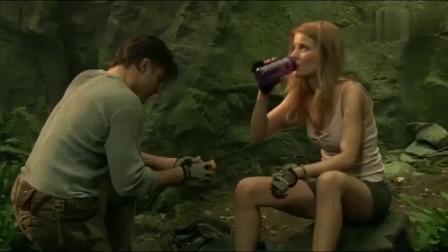 美女正在喝水,身后出现的怪物差点把美女头一