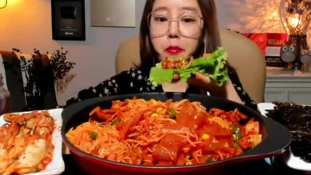 美女吃播:吃鱿鱼圈、宽粉、豆芽,越来越好吃