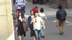 爆笑恶搞:小伙穿后背镂空的衣服上街,行人乐