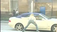 搞笑短片:街头恶搞 ,假装破坏路人的车,看看