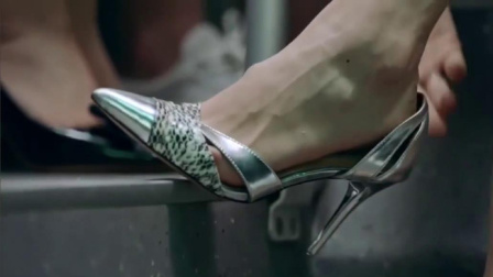 美女穿着一双名牌高跟鞋,却坐着公交车,不料