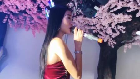 美女实力演唱《情火》,嗓音惊艳,气质堪比专
