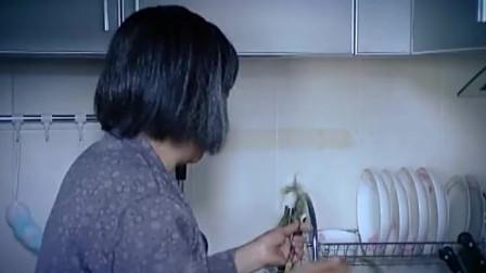 美女早上起床刷牙,发现漱口杯泡着婆婆的假牙