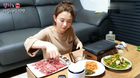 韩国吃播!美女独自一人吃烤肉喝烧酒也很高兴