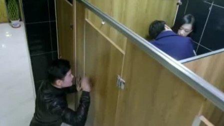 美女跟富二代在厕所偷情,不料被人全程偷拍了