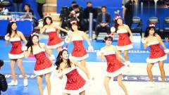 韩国啦啦队美女赛场热舞, 圣诞节表演服让现场充
