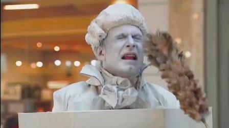 爆笑恶搞:扮雕像作弄过客,过客都被吓得失惊