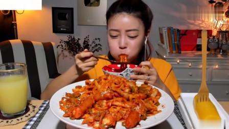 吃播:韩国美女吃货试吃辣白菜炒面,配上芝士
