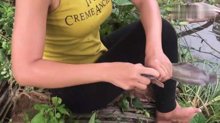 农村美女抓了些小昆虫做饵搞野钓鱼,钓到的野