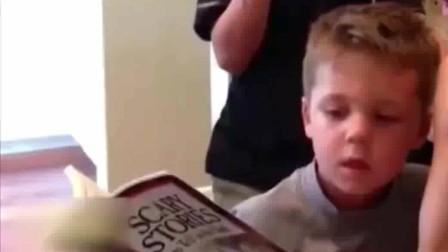 搞笑视频:萌娃专注的听着鬼故事,不料被老妈