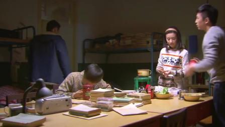 美女在男生宿舍煮火锅,两个男生吃的不亦乐乎