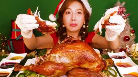国外美女吃播:圣诞节的晚餐,吃一大只烧鸡
