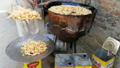 印度人善于炸美食,放眼过去一条小吃街基本都