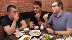 美食:老外吃中国烤串,被征服了,真好吃