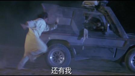 美女刚刚学会开车,就带成龙逃出土匪窝,不料