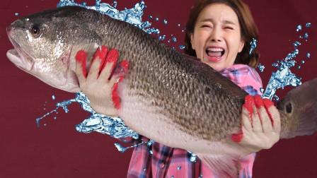"""韩国美女吃50斤""""巨型怪鱼"""",一开始害怕的不行,后来真香??!"""