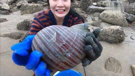 赶海美女被海水围困在礁石之上,却意外捡到了