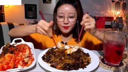 吃播:韩国美女吃货试吃最爱的自制炸酱面,大口大口吸面,贼得劲!