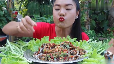 吃播:泰国美女吃货试吃酸辣毛蛤,满满一大盘