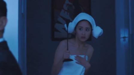 美女洗澡突然停电,怎料家中出现一个陌生人,