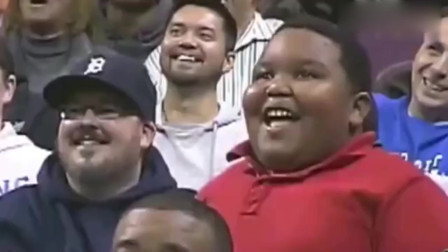 N*A比赛中场休息时,黑人小胖和保安大哥斗舞,你们觉得他们谁赢