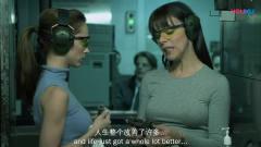 神奇燕尾服:布兰妮和闺蜜去打枪,谁知保安竟
