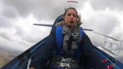 国外美女就是彪悍,美国姑娘战斗机上自拍!