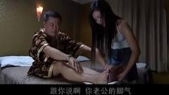 男子第一次捏脚,反应让美女纠结!