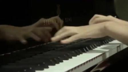 红衣美女纤纤玉手在钢琴上跳动,台下众人陶醉