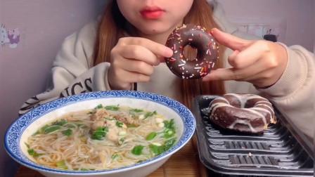 美食吃播大胃王,美女吃老母鸡米线,大口吃的
