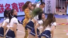 """CBA:广东啦啦队美女群中竟然惊现一只""""母老虎"""