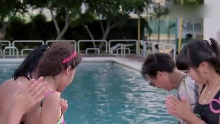 小伙在游泳时被人扯掉内裤,美女好心提醒他,
