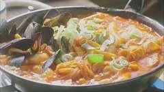 韩国美女吃年糕火锅,热气沸腾的火锅撒上葱花