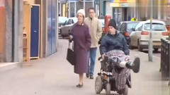 国外爆笑街头恶搞:疯狂的轮椅老头横行霸道吓