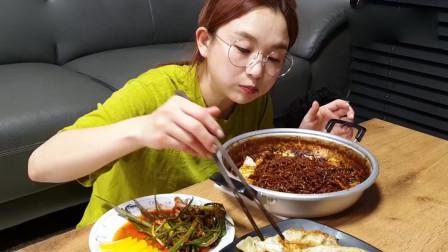 韩国美女吃播,松茸炸酱拉面,煎饺,小葱泡菜,真丰盛